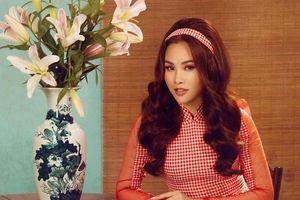 Á hậu Thanh Trang duyên dáng với áo dài họa tiết caro