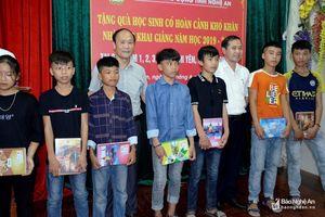 Liên đoàn Lao động tỉnh trao tặng 1.600 quyển vở cho học sinh vùng giáo Nghi Lộc