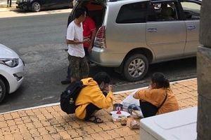 Cảm động bữa cơm đạm bạc của tân sinh viên cùng mẹ trong ngày nhập trường