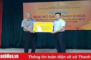 NXB Giáo dục tặng SGK cho học sinh Thanh Hóa và tặng thiết bị giáo dục cho các trường học vùng lũ Quan Sơn