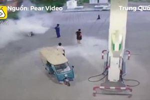 Hút thuốc ở trạm xăng, người đàn ông bị xịt bình cứu hỏa vào người