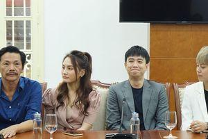 Đoàn làm phim 'Về nhà đi con' nhận bằng khen của Bộ VH-TT-DL