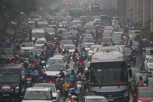 Người dân ngán ngẩm: Cứ mưa là đường Hà Nội lại tắc