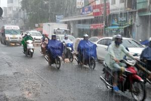 Đường phố TP. HCM 'hóa' thành sông sau cơn mưa mịt mù