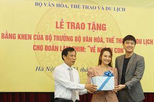 Bộ trưởng Văn hóa trao quà trung thu cho cu Bon-con của Thư 'Về nhà đi con'