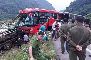 Hòa Bình: Xe khách đâm xe tải 2 người chết, 14 người bị thương