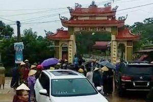 Dân đánh trống báo động, vây bắt nhóm côn đồ đập phá cổng làng