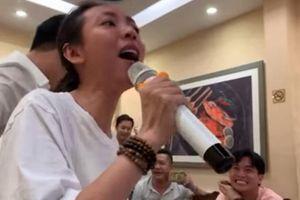 Clip: Quốc Trường (Về nhà đi con) cũng phải phấn khích vì giọng hát 'trời phú' của 'Hoa hậu làng hài' Thu Trang