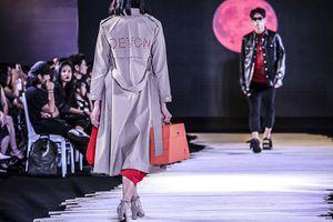 Người mẫu Việt bịt kín mặt, xách túi độc đáo sải bước trên sàn runway