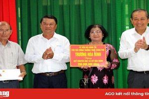 Phó Thủ tướng Thường trực Trương Hòa Bình trao tặng Quỹ Khuyến học - Khuyến tài xã Mỹ Hòa Hưng 200 triệu đồng