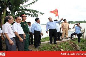 Chủ tịch UBND tỉnh Nguyễn Thanh Bình thăm, tặng quà các hộ dân khu vực sông Vàm Cái Hố bị ảnh hưởng sạt lở