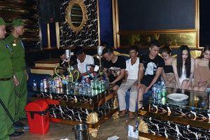 20 nam, nữ thanh niên từ Nghệ An vào Hà Tĩnh thuê phòng karaoke 'mở tiệc' ma túy