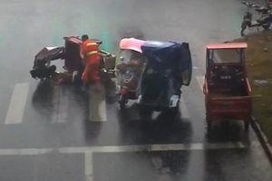 Cảm động cô gái che mưa cho người gặp tai nạn trong suốt 20 phút chờ xe cứu thương