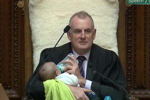 Chủ tịch quốc hội New Zealand vừa chủ trì phiên họp vừa chăm trẻ sơ sinh