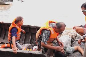 Đội cứu hộ U70 trên sông Vàm Nao