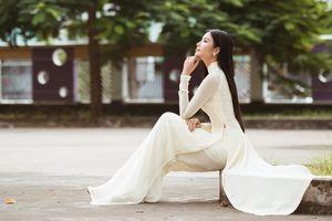 Hoa hậu H'Hen Niê và Á hậu Hoàng Thùy thướt tha áo trắng thả dáng sân trường