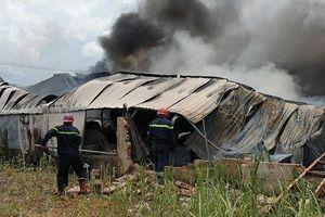 TP.HCM: Cháy nhà xưởng ở Hóc Môn, trụ khói đen bốc cao hàng chục mét
