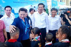 Chủ tịch Quốc hội Nguyễn Thị Kim Ngân trao tặng trường học cho học sinh nghèo tỉnh Quảng Ninh