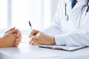 Đi khám bệnh thì gặp người yêu cũ là bác sĩ, không hiểu sao càng uống thuốc càng thấy đau và sự thật là...