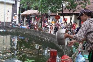 Người dân vẫn vô tư xả rác xuống hồ Ao Dài