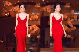 Lily Chen diện váy bó sát, khoe ngực đầy gợi cảm giữa rừng Sao