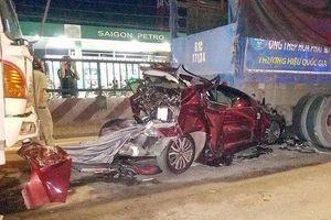Ô tô 4 chỗ bị tông biến dạng kẹp giữa 2 xe tải, 4 người trong gia đình mắc kẹt khóc thét
