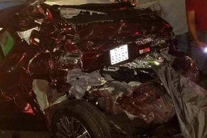 4 người trong gia đình thoát chết khi bị kẹp giữa 2 xe tải, ô tô nát bét