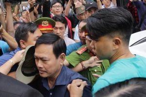 Nguyễn Hữu Linh thong thả đến hầu tòa vụ 'nựng' bé gái trong thang máy