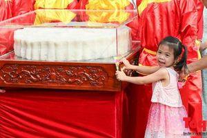 Ngắm cặp bánh trung thu 'siêu to' kỷ lục Việt Nam trên phố đi bộ Hồ Gươm
