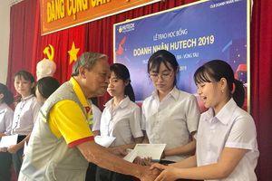 CLB Doanh nhân Hutech trao học bổng học sinh vượt khó