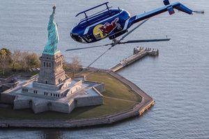 Trực thăng bay lộn ngược trên bầu trời New York