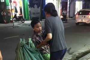 Người phụ nữ tặng gạo cho cậu bé nhặt ve chai ở Sài Gòn