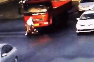 Cô gái thoát chết dưới gầm xe tải nhờ 'kỹ năng' của mình