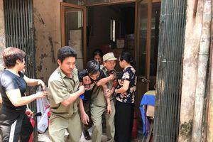 Cứu 3 người bị mắc kẹt trong đám 'cháy' ở phường Kim Mã
