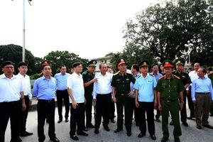Phó Thủ tướng Trương Hòa Bình thị sát công tác chống buôn lậu tại Móng Cái