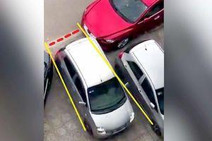Pha lùi ô tô qua chỗ hẹp trên phố được đánh giá 'bá đạo'