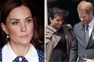 Meghan 'muối mặt', hổ thẹn khi Công nương Kate từ chối ngồi khoang hạng nhất miễn phí trên chuyến bay du lịch