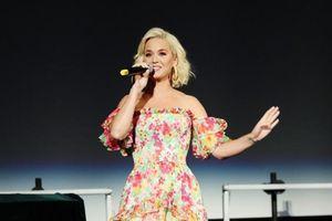 Clip: Có ai ngờ lần đầu biểu diễn ca khúc 'Small Talk' của Katy Perry lại ở… nhà vệ sinh