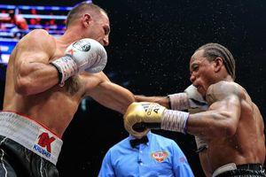 Cho đối thủ bất bại người Anh nếm trái đắng, Kovalev bảo vệ thành công chiếc đai WBO thế giới