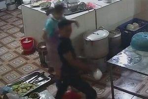 Clip về nghi can hắt axit vào mặt nữ nhân viên làm bếp tại Hòa Bình