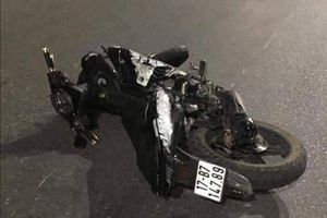 Xe máy tống 5 tông dải phân cách, 4 người chết