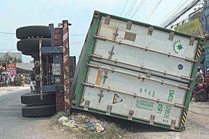 Đề nghị phạt tài xế xe container không khóa gù cố định rơ moóc
