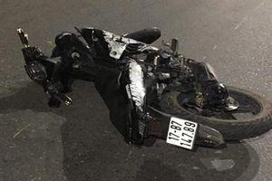 Xe máy chở 5 tông dải phân cách, 4 người tử vong