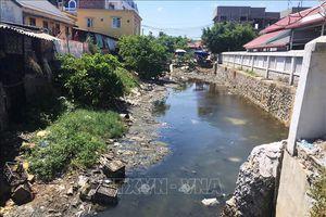Phát sợ kênh thoát nước ra sông Lý Hòa ngập ngụa rác thải, bốc mùi hôi thối