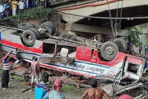 Xe buýt bị trượt khỏi cầu rồi lao xuống kênh, 26 người thương vong