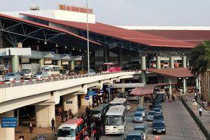 Lăng mạ, nhổ nước bọt vào mặt nhân viên an ninh sân bay Nội Bài rồi còn lăn ra sàn ăn vạ khi bị ngăn cản chèo kéo khách