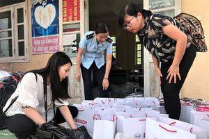 Tặng 43 suất quà cho trẻ em, hộ nghèo ở Bình Liêu