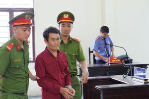 Người đàn ông 63 tuổi 'cưng nựng' bé gái lãnh 2 năm tù