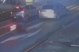 Đang dừng đèn đỏ, ôtô bị xe máy phóng nhanh tông trúng đuôi