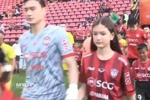 Em gái Văn Lâm nắm tay anh ra sân trong trận đấu của Muangthong